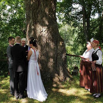 Senās latviešu kāzu tradīcijas